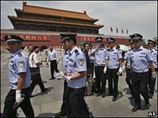 Policiais na Praça da Paz Celestial