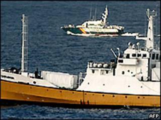 Buque de Odyssey seguido por una buque de la Guardia Civil española