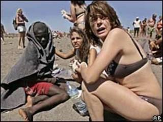 Turistas socorren inmigrantes