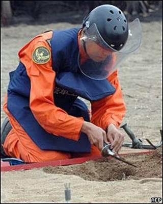 Soldado en operación de desminado en Taiwán (foto de archivo)