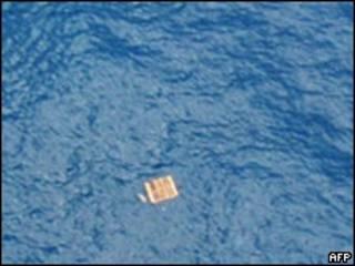 Imagem divulgada pela FAB mostra peça resgatada nesta quinta-feira e que não seria de avião da Air France (AFP)