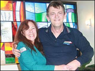Russell McPhee ao lado da companheira Kerry Crossley