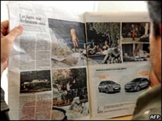 Un hombre lee El País el 5 de  junio de 2009