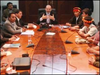 Mesa de diálogo entre el gobierno peruano y los indígenas (foto cortesía Agencia Andina).
