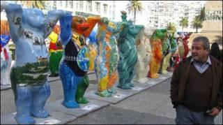 Muestra plástica itinerante de osos.