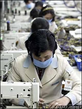 Công nhân Bắc Hàn tại một nhà máy dệt ở Kaesong