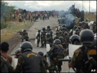 Fuerzas de seguridad de Perú detienen a manifestante.