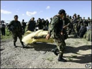 Перуанские полцейские уносят тело погибшего товарища