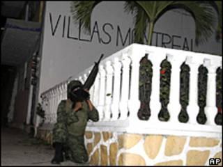 Un soldado se parapeta durante una balacera en Acapulco, México