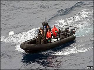 Equipe francesa de resgate da fragata Ventuse procura por destroços