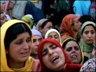 शोपियाँ में शोकग्रस्त महिलाएँ