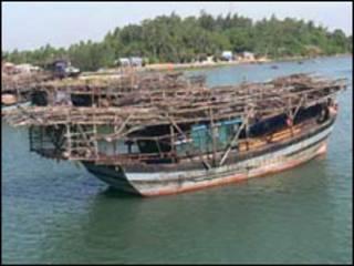 Tàu câu mực của Việt Nam ở miền Trung, ảnh Trà Giang, VietnamNet