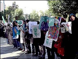 زنجیره سبز حامیان میرحسین موسوی در خیابان ولیعصر تهران
