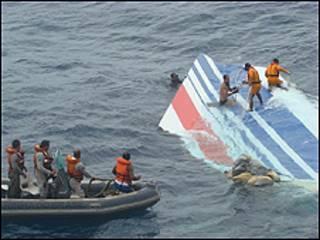 Foto divulgada nesta segunda-feira mostra destroços de avião sendo recolhidos (Foto: Marinha do Brasil)