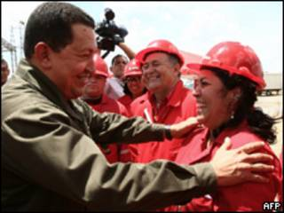 O presidente venezuelano, Hugo Chávez, cumprimenta trabalhadores durante anúncio de estatização de empresa de serviços petrolíferos (AFP, 21/5)