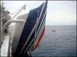 Foto divulgada nesta terça-feira mostra parte de avião da Air France sendo retirada do mar (Foto: Marinha do Brasil)