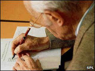 Hombre en una prueba para detectar Alzheimer.
