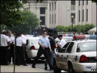 Policiais em frente ao Museu do Holocausto, em Washington