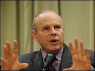 O ministro da Fazenda, Guido Mantega, ao anunciar o empréstimo do Brasil ao FMI (foto: Elza Fiúza/ABr)