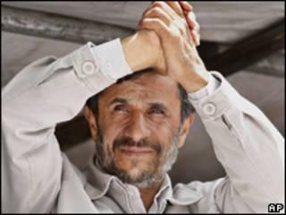 O presidente do Irã, Mahmoud Ahmadinejad, durante comício de encerramento de campanha nesta quarta-feira (AP)