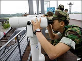 Soldado surcoreano observa la frontera.
