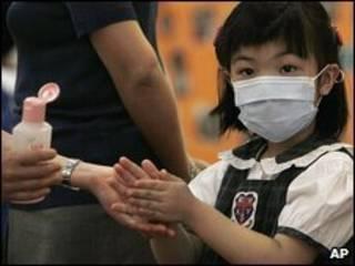 Em gái Hong Kong đeo khẩu trang ngừa cúm