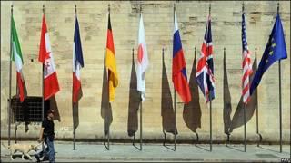 Banderas en la ciudad de Lecce (Italia) con motivo de la reunión del G8.