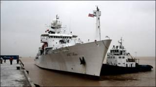 Tàu USNS Bruce C. Heezen lần thăm Đà Nẵng năm 2007 (ảnh của Hải quân Hoa Kỳ)