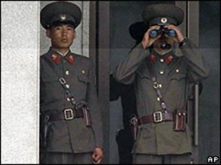 Militares norcoreanos en un puesto de frontera