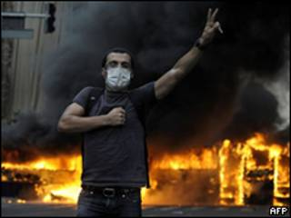 Manifestante protesta contra resultado de eleição em Teerã
