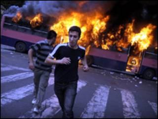 Manifestantes se afastam de local onde ônibus pega fogo