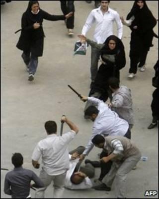 Cảnh sát mặc thường phục đánh người biểu tình ở Tehran