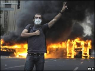 Joven protesta en Teherán