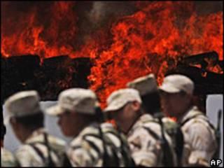 Soldados mexicanos vigilan incineración de droga