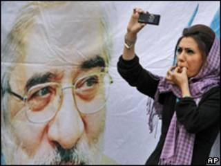 Mujer registra en su celular una manifestación en Irán
