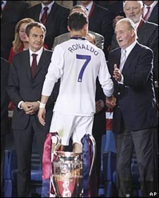 El futbolista Cristiano Ronaldo, con el presidente del Gobierno español, Rodríguez Zapatero, y el rey de España.