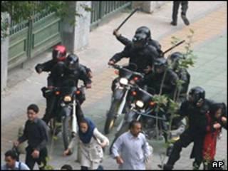 پلیس ضدشورش درحال ضرب و شتم رهگذران