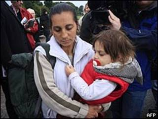 Gitana con su hijo es escoltada por la policía a un refugio en Belfast