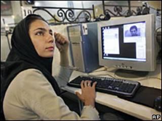 Mujer iraní utilizando internet