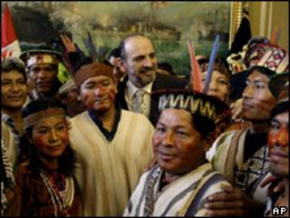 O premiê peruano, Yehude Simon (ao fundo, de terno), recebe indígenas em seu gabinete na última quarta-feira (AP, 17/6)