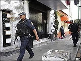 Policía mexicano frente a la discoteca News Divine