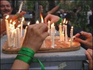 روشن کردن شمع در یکی از تجمعات پس از انتخابات به یاد قربانیان 25 خرداد