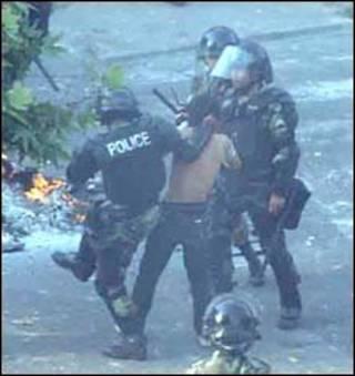 Cảnh sát và người biểu tình ở Tehran hôm 20/6, ảnh được gửi tới cho BBC