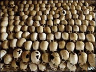 Crânios de vítimas do massacre de Ntarama, em 1994, em Ruanda