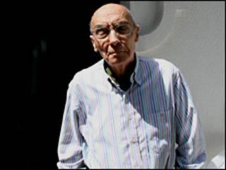 José Saramago ante su casa de Lisboa.