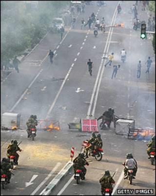 تعقیب و گریز نیروهای امنیتی و تظاهرکنندگان در تهران - دوشنبه 22 ژوئن