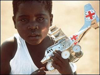 Niño con avión de la Cruz Roja