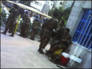 Policiais iranianos, com o apoio da milícia Basij, patrulham as ruas de Teerã.