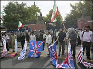 Протесты у посольства Великобритании в Тегеране