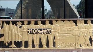 Friso no pódio onde o presidente Anwar Sadat foi assassinado em 1981